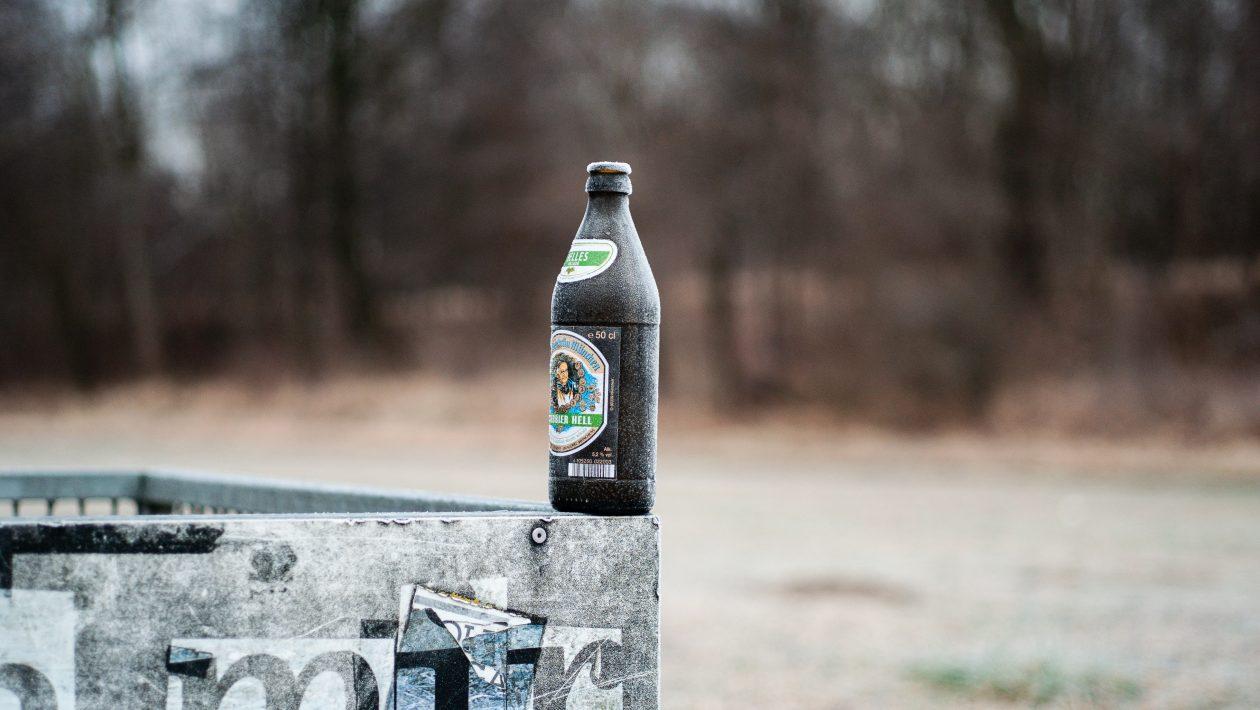 Bierflasche an der Isar