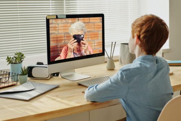 Oma und Enkel Internet Chat
